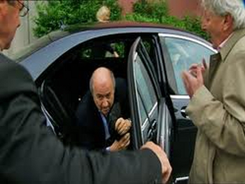 Photo: FIFA president Sepp Blatter (centre) does not look pleased to see Andrew Jennings (right). Chances are they did not share a beer afterwards. (Courtesy transparencyinsport.org)