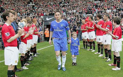 Photo: Combative ex-Manchester United captain Roy Keane and his teammates give Chelsea captain Frank Lampard (centre) and his teammates a guard of honour for their Premiership success.