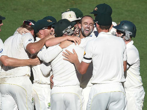 Photo: Australia off spin bowler Nathan Lyons (centre) is congratulated by his teammates. (Copyright ABC.net.au)