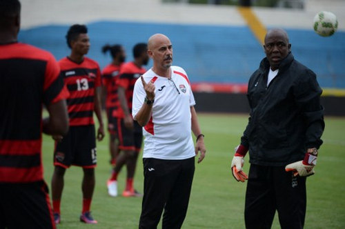 Photo: Trinidad and Tobago coach Stephen Hart (centre) and goalkeeper Michael Maurice (right) interact during a practice at the Olimpico Metropolitano stadium in San Pedro Sula on 14 November 2016 before their 2018 World Cup qualifier against Honduras. (Copyright AFP 2016/Orlando Sierra)