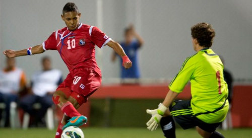 Photo: Panama striker Ismael Diaz (left) places past Trinidad and Tobago goalkeeper Johan Welch from close range. (Courtesy Mexsport/CONCACAF)