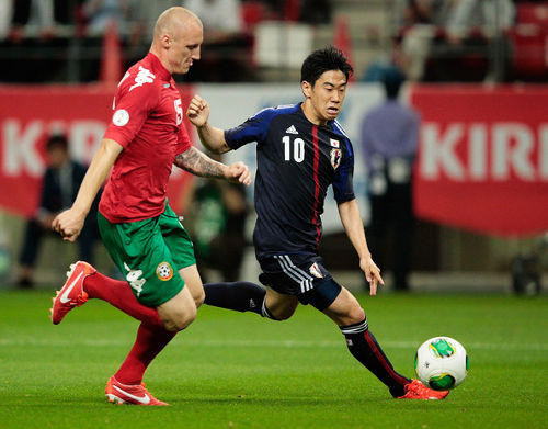 Photo: Japan and Manchester United midfielder Shinji Kagawa (right) in action against Bulgaria.