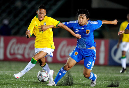 Photo: Brazil superstar Neymar (left) battles with a Japan opponent during the 2009 Under-17 World Cup.