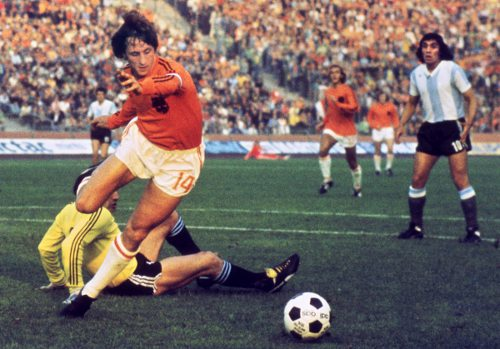 Photo: Holland legend Johan Cruyff (centre) takes the ball around Argentina goalkeeper Daniel Carnevali during the 1974 World Cup. (Courtesy STF/ AFP)