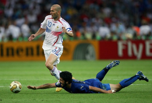 Photo: France star Zinedine Zidane (left) glides past Italy hardman Gennaro Gattuso during the 2006 World Cup final. (Copyright  AFP 2014: Odd Andersen)