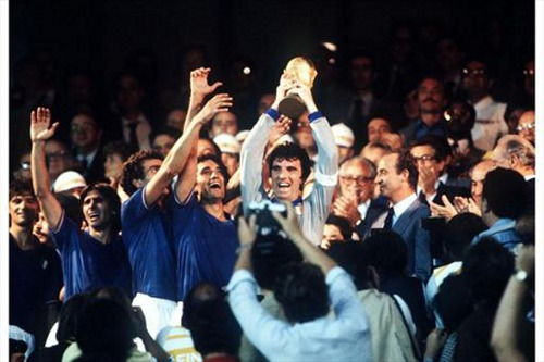 Photo: Italy captain Dino Zoff lifts the 1982 World Cup trophy alongside his teammates.