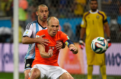 Photo: Netherlands star attacker Arjen Robben (front) and Argentina midfielder Javier Mascerano get acquainted during the 2014 Brazil World Cup semifinal. (Copyright AFP 2014/Pedro Ugarte)