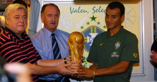 Photo: Former Brazil football president Ricardo Teixeira (left) poses with the 2002 World Cup trophy alongside coach Luis Scolari (centre) and captain Cafu.