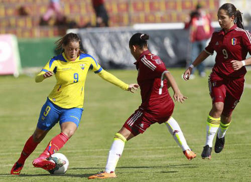 Photo: Ecuador star Giannina Lattanzio (left) takes on the Venezuela defence during a qualifying fixture. (Courtesy Andres Info)