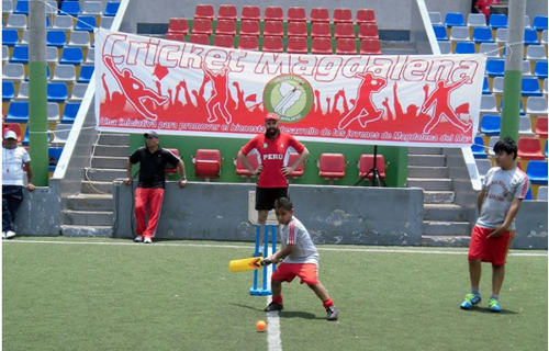 Photo: Young Peruvians get a taste of cricket in Magdalena del Mar. (Courtesy Steve Hallett)