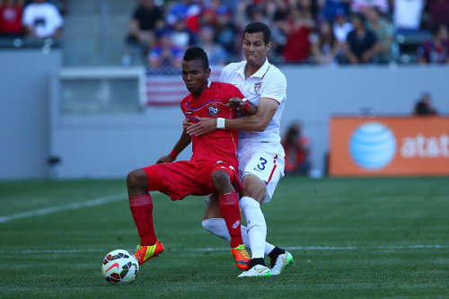 Photo: Teenaged Panama midfield sensation Luis Pereira (left) holds off United States player Matt Hedges during an international friendly on February 8. Pereira was selected as the 2015 CONCACAF Under-20 Championship's Most Valuable Player. (Copyright AFP 2015/Victor Decolongon)
