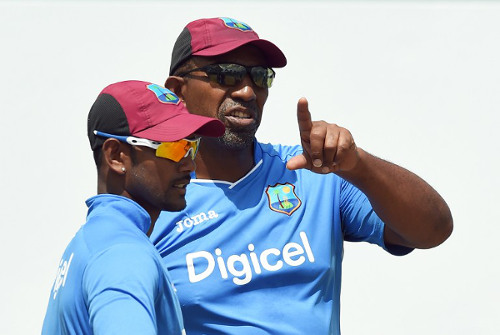 Photo: New West Indies cricket coach Phil Simmons (right) talks to Test captain Denesh Ramdin. (Copyright AFP 2015)