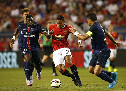 Photo: Manchester United's new signing Memphis Depay (centre) runs at Paris St Germain during a pre-season friendly. (Copyright Joshua Lott/AFP 2015)
