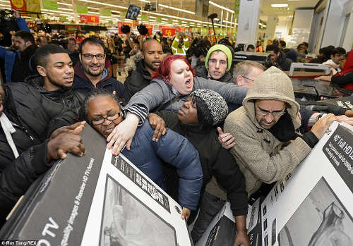 "Photo: Shoppers fight over sales on ""Black Friday"" in the United States. (Copyright UK Daily Mail)"
