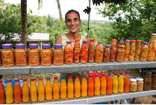 Photo: A popular vendor sells pepper sauce in Tabaquite. (Copyright Spicenecklace.com)