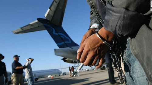 Photo: A Guatemalan immigrant gets ready for deportation from the US. (Copyright Getty Images/CNN)