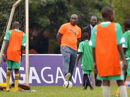 "Photo: Former Tottenham, Arsenal and England defender Sulzeer ""Sol"" Campbell (centre) mentors young enthusiasts at the Kenya School of Monetary Studies in Nairobi on 28 May 2016. (Copyright AFP 2017/Tony Karumba)"