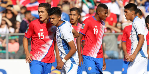 Photo: Costa Rica (red shirt) and El Salvador Under-20 footballers prepare for a set piece during 2017 World Cup qualifying action at the Estadio Ricardo Saprissa on 19 February 2017. (Copyright Carlos Borbon/Straffon Images)