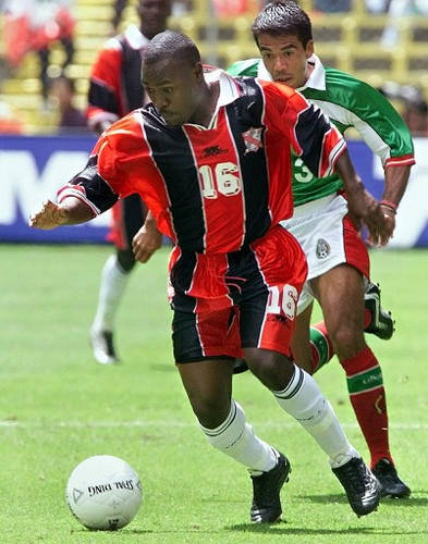 Trinidad and Tobago midfielder Lyndon Andrews (left) tries to escape from Mexico midfielder Pavel Pardo during a Japan-Korea 2002 World Cup qualifier at the Azteca stadium, Mexico City on 8 October 2000. (Copyright AFP 2017/Ramon Cavallo)